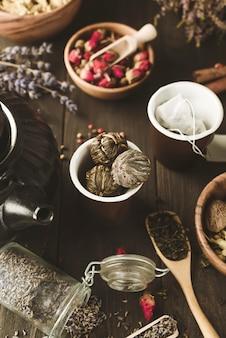 Pfirsich des drachen: gebundener tee des traditionellen chinesen