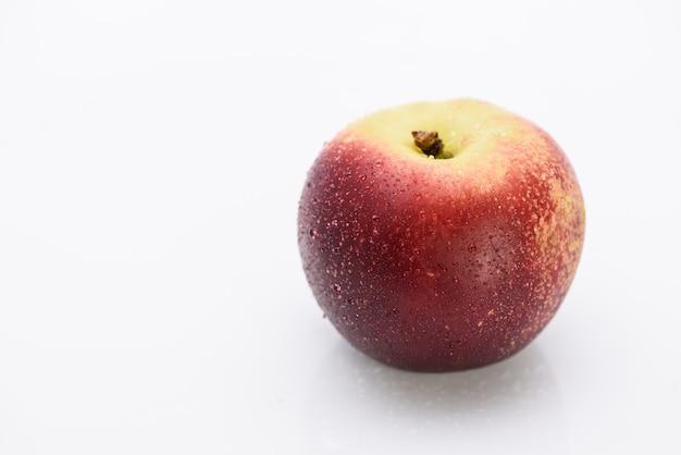 Pfirsich in den weißen hintergrund