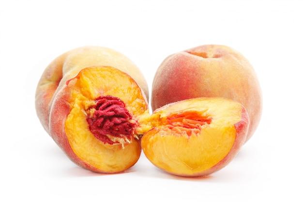 Pfirsich, isoliert auf weiss