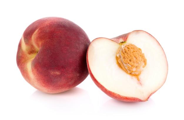 Pfirsich isoliert auf weißer oberfläche