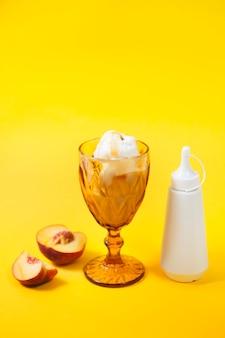 Pfirsich und topping in der nähe von eis