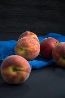 Pfirsiche auf dunkler oberfläche