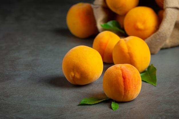 Pfirsiche auf schwarzer oberfläche