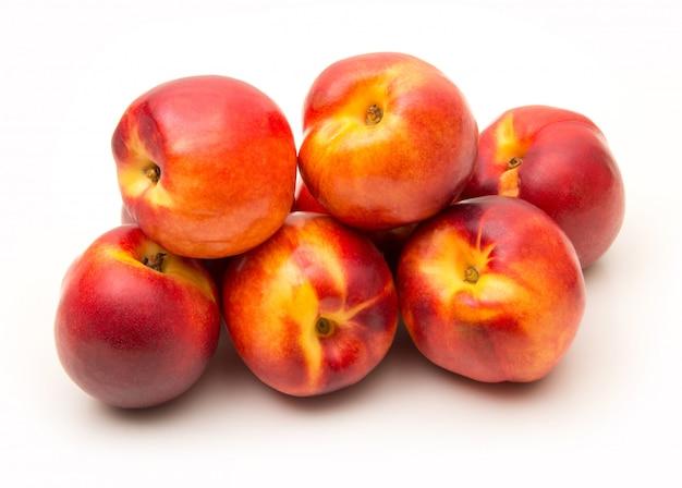 Pfirsiche auf weiß