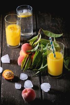 Pfirsiche auf zweig und saft
