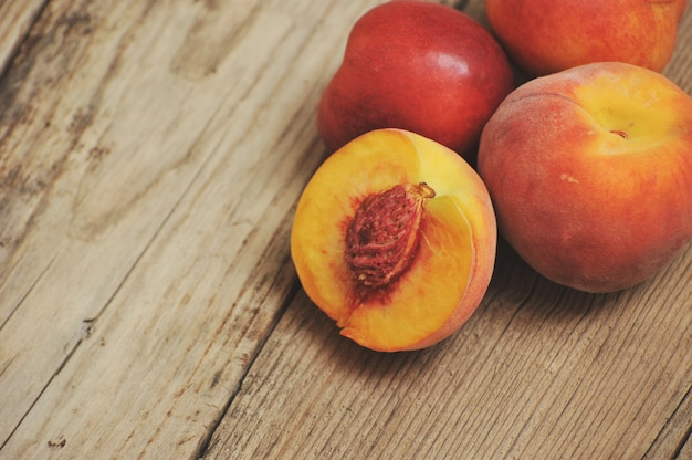 Pfirsiche im hölzernen hintergrund