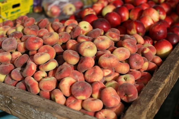 Pfirsiche in der holzkiste