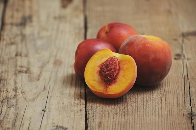 Pfirsiche in einem holztisch