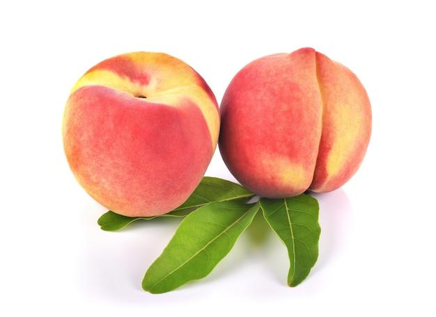 Pfirsiche tragen auf weißem hintergrund früchte