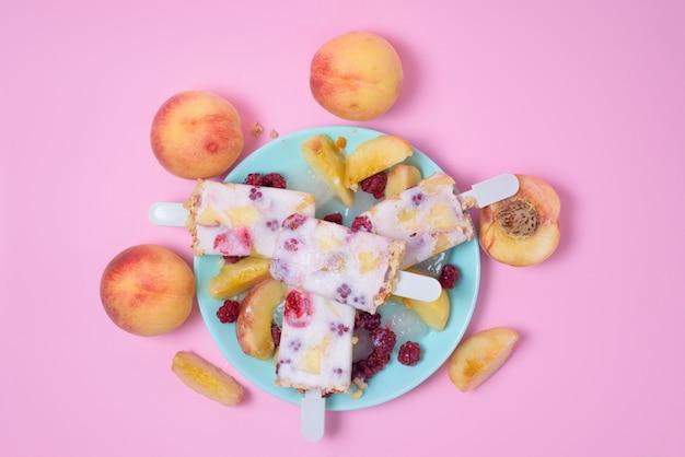 Pfirsicheis auf einer stick-draufsicht
