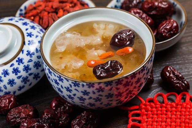 Pfirsichgummi und tremella-suppe