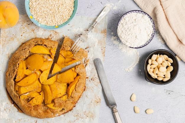 Pfirsichkuchen auf der draufsicht des tisches