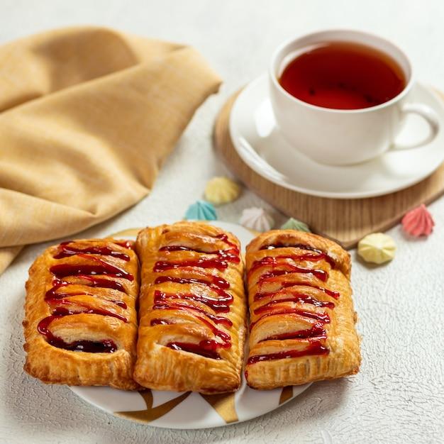 Pfirsichkuchen mit tasse tee hautnah