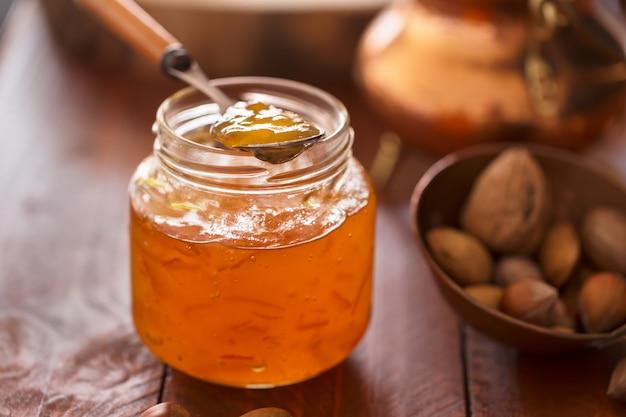 Pfirsichmarmelade in einem transparenten glas