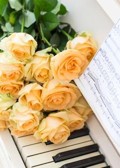 Pfirsichrosen auf dem klavier mit anmerkungen