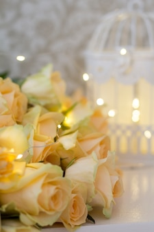 Pfirsichrosen mit girlanden und dekorativen zellen