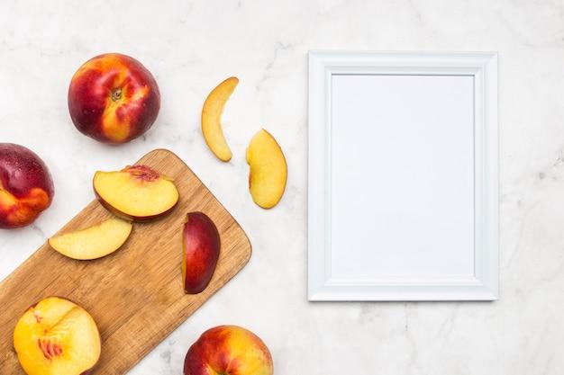 Pfirsichscheiben mit leeren gerahmten karte