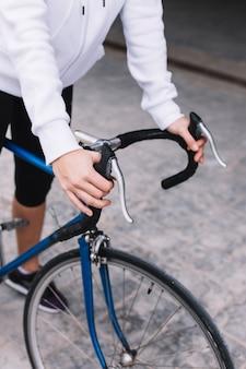 Pflanzen sie das frauenhändchenhalten auf fahrradlenkstange