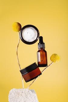 Pflanzenbalancierte kosmetikprodukte, seren und feuchtigkeitscreme. konzept der natürlichen und modernen kosmetik