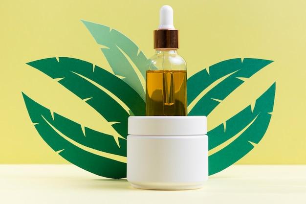 Pflanzenblätter design mit serumflasche