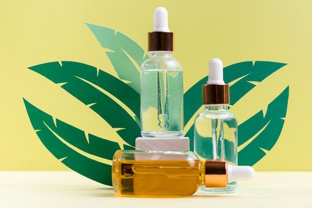 Pflanzenblätter mit serumflaschen