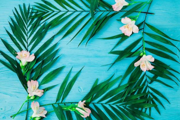 Pflanzenblätter und blumen auf dem schreibtisch