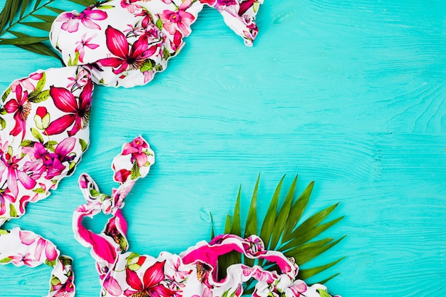 Pflanzenlaub und badeanzug an bord