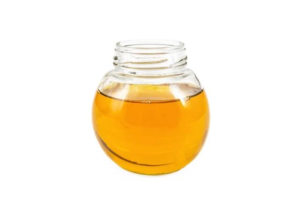 Pflanzenöl im glas lokalisiert auf weißem hintergrund