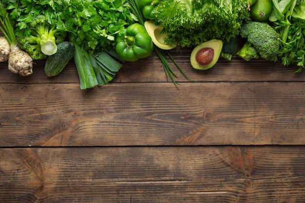 Pflanzliche proteinquelle. draufsicht gesundes essen sauberes essen. grünes gemüse auf hölzerner tischoberansicht