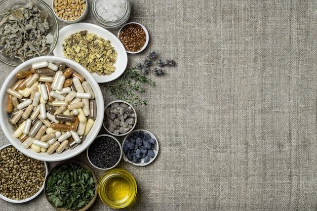 Pflanzliche und mineralische bio-nahrungsergänzungsmittel in kapseln. zutaten für nahrungsergänzungsmittel in tellern
