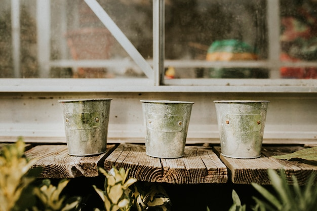 Pflanztöpfe auf rustikalem holztisch