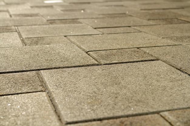 Pflaster aus grauem granit.