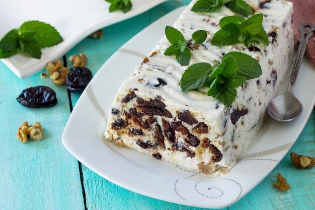 Pflaume panna cotta mit walnuss und minze süßes dessert hausgemachte küche freiraum für ihren text