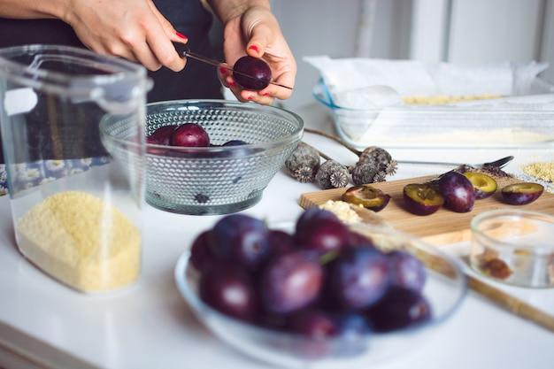 Pflaumen bereit zum backen eines kuchens
