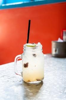 Pflaumen-zitronen-limetten-soda-glas
