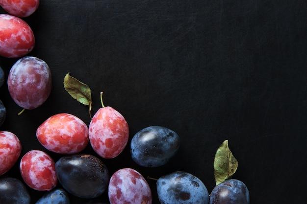 Pflaumenfrüchte auf schwarzer tabelle