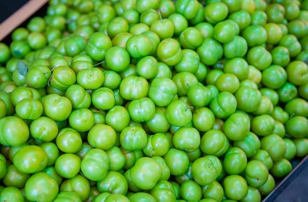 Pflaumengrün verkauft auf dem markt in georgia.