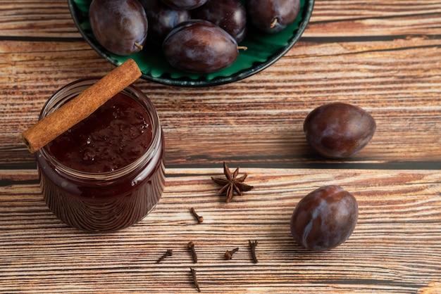 Pflaumenkonfektion mit früchten auf dem tisch.
