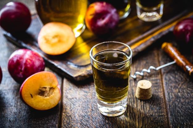 Pflaumenlikör, alkoholisches getränk mit traditioneller pflaume aus dem nahen osten und asien