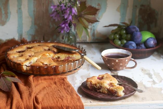 Pflaumentorte oder -kuchen mit zimt und zucker. tiefenschärfe.