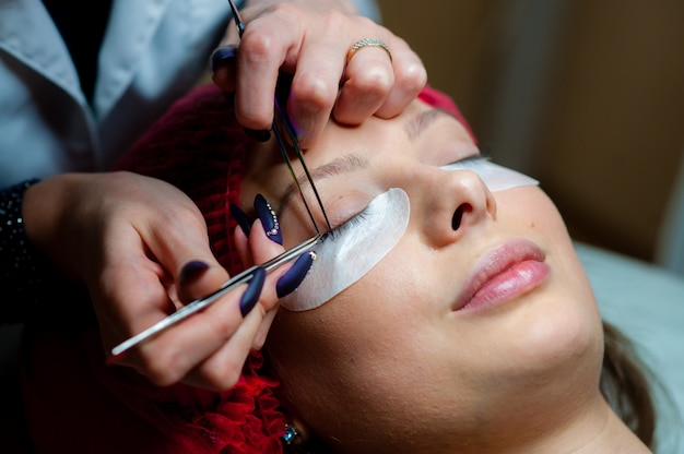Pflege der wimpern im beauty-salon.
