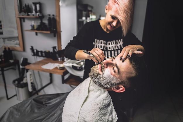 Pflege mann der hübschen frau im salon
