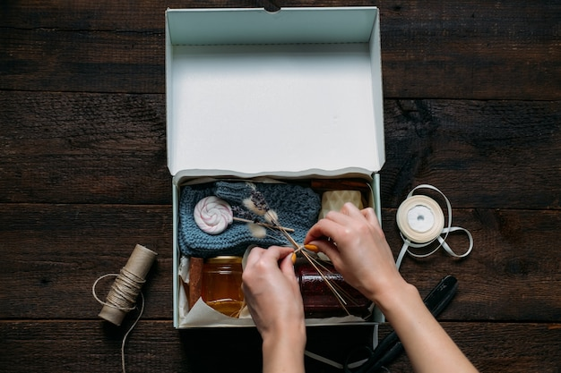 Pflegebox, paketideen. herbst- oder winterpflegebox mit süßigkeiten und kleidung. lieferung von pflegepaketen