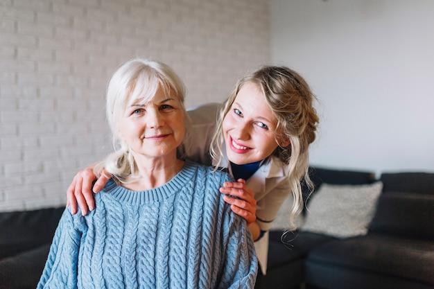 Pflegeheimkonzept mit glücklichen personen