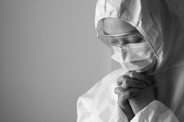 Pflegekräfte sind durch die covid-19-pandemie entmutigt.