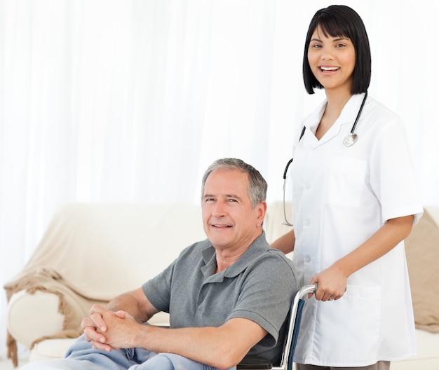 Pflegen sie mit ihrem patienten, der die kamera betrachtet
