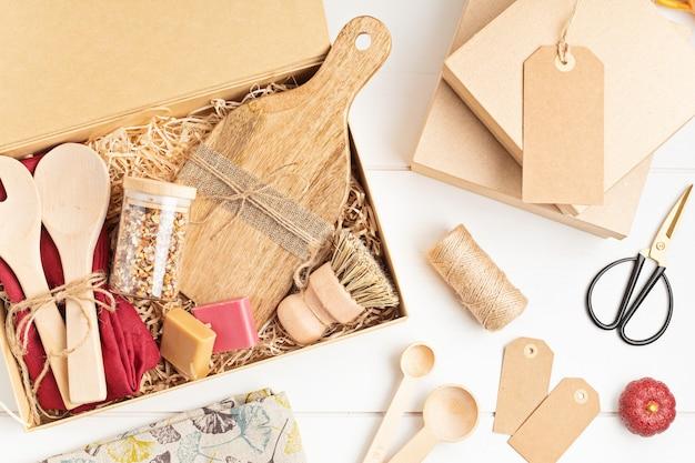 Pflegepaket vorbereiten, saisonale geschenkbox mit plastikfreien, abfallfreien küchenutensilien.