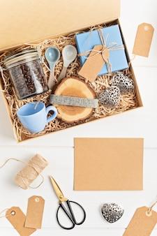 Pflegepaket vorbereiten, saisonale geschenkbox mit plastikfreien, abfallfreien produkten für kaffeeliebhaber