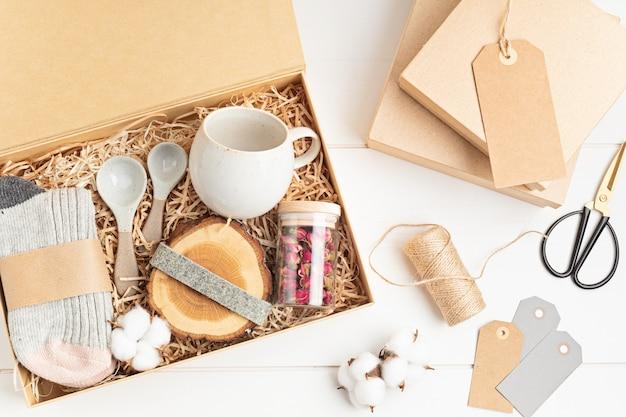 Pflegepaket vorbereiten, saisonale geschenkbox mit plastikfreien, abfallfreien produkten.