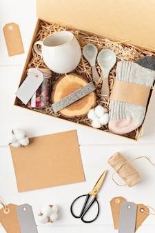 Pflegepaket vorbereiten, saisonale geschenkbox mit plastikfreien, abfallfreien produkten. Premium Fotos